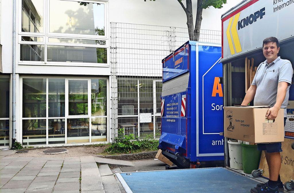 Die Umzugswagen sind am Donnerstag beim Ebelu vorgefahren. Hausmeister Mario Panic kümmert sich darum, dass alle Kartons verladen werden. Foto: Eva Funke
