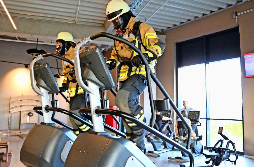 Für  den Treppen-Wettlauf im Frankfurter Messeturm   trainierten die Feuerwehrleute  extra in einem Studio. Foto: Eva Herschmann