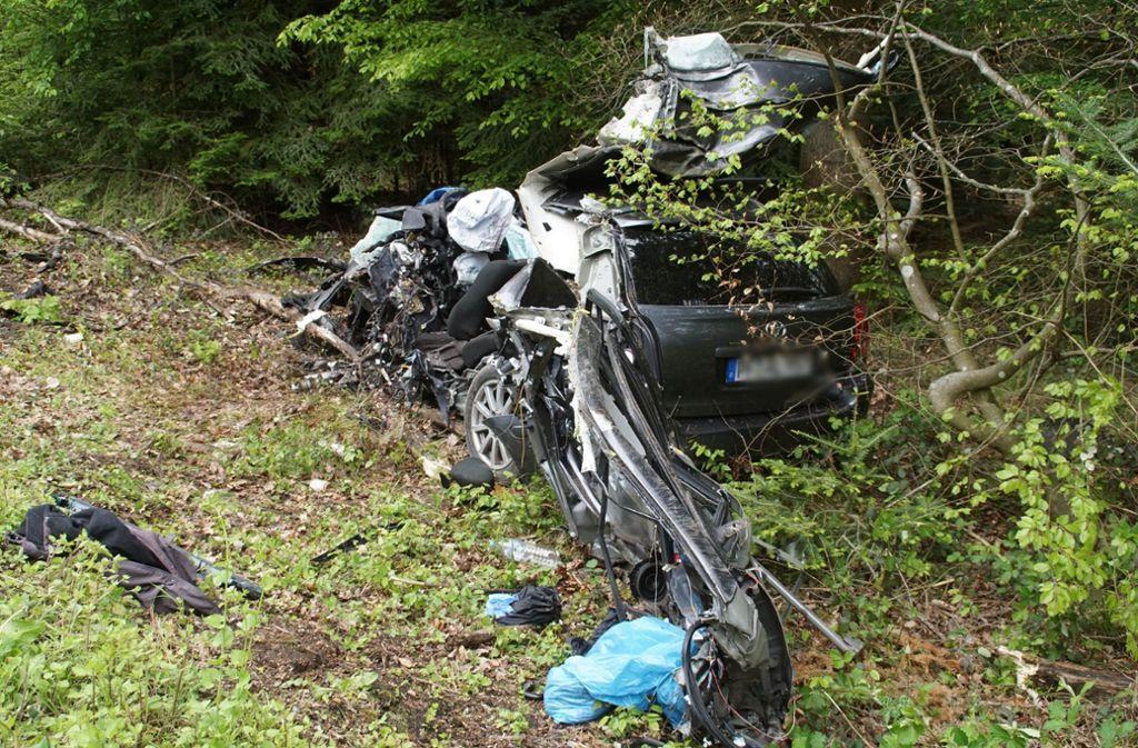 Das Auto ist bei dem Unfall völlig zerstört worden. Foto: SDMG