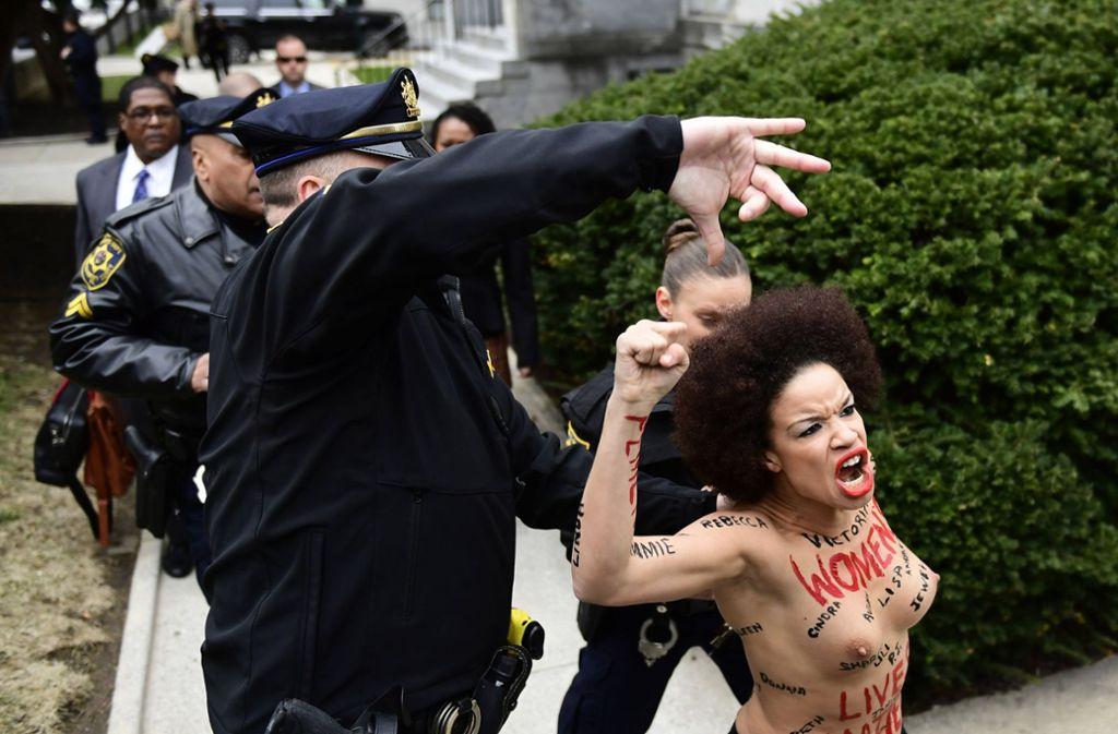 Eine Frau verleiht ihrem Protest mit Nacktheit Ausdruck. Foto: FR171469 AP