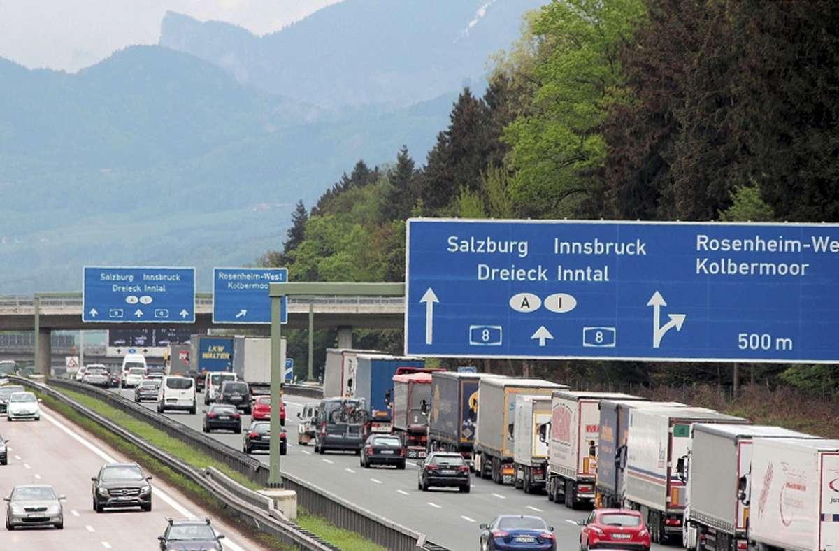 Vor der deutsch-österreichischen Grenze ist im nächsten Jahr wieder mit kilometerlangen Lkw-Staus zu rechnen. (Symbolfoto) Foto: dpa/Josef Reisner
