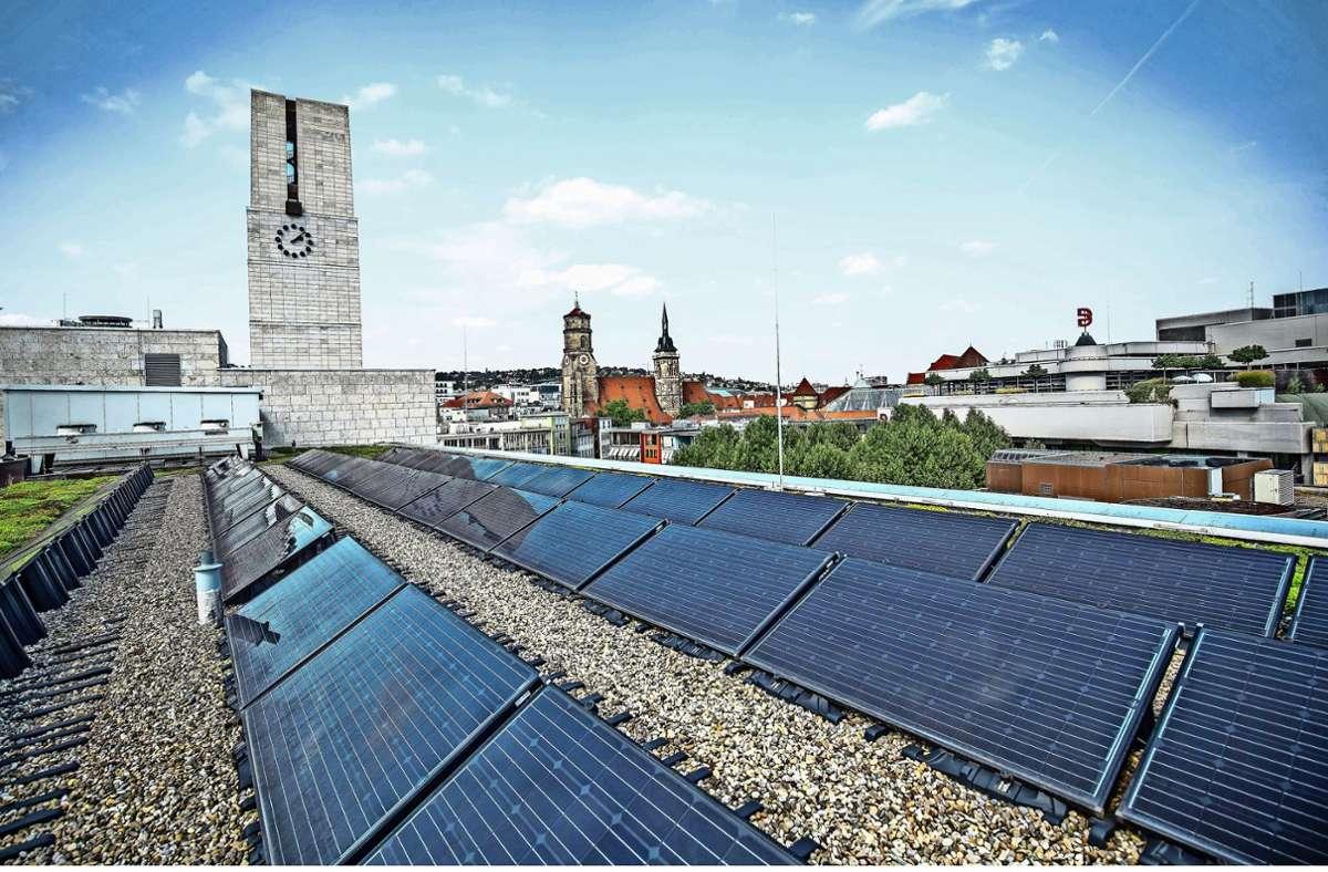 Die Stadt hat 2018 den Markplatzflügel des Rathauses mit einer Fotovoltaikanlage belegt, später folgten auch die Dächer des Altbaus. Auf vielen Dächern wäre Platz für solche Anlagen. Foto: Lichtgut/Leif Piechowski