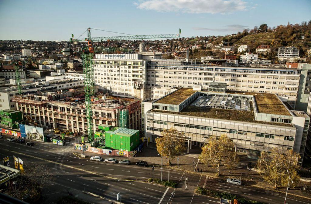Das neue Eingangsgebäude am  KH wird bereits gebaut. Der Katharinenhof (vorne rechts) und die hohen Bettenhäuser (im Hintergrund) sollen noch fallen. Foto: Lichtgut/Leif Piechowski
