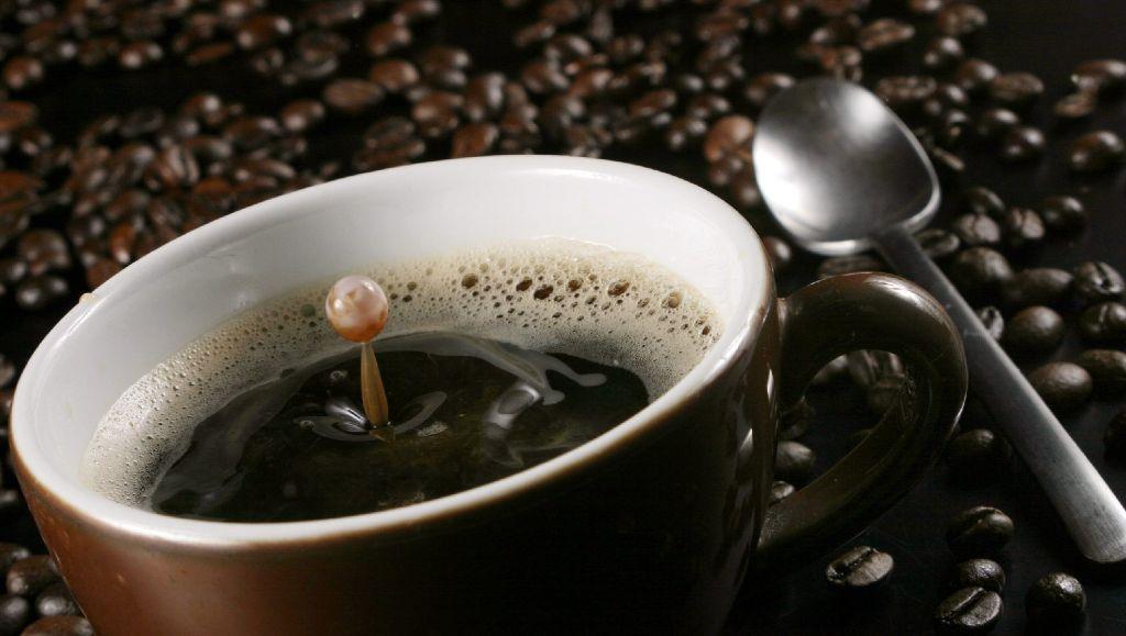 Ein Kaffeebecher, der auf Knopfdruck den Kaffee umrührt. Das wäre ein Fortschritt durch Faulheit. Foto: dpa