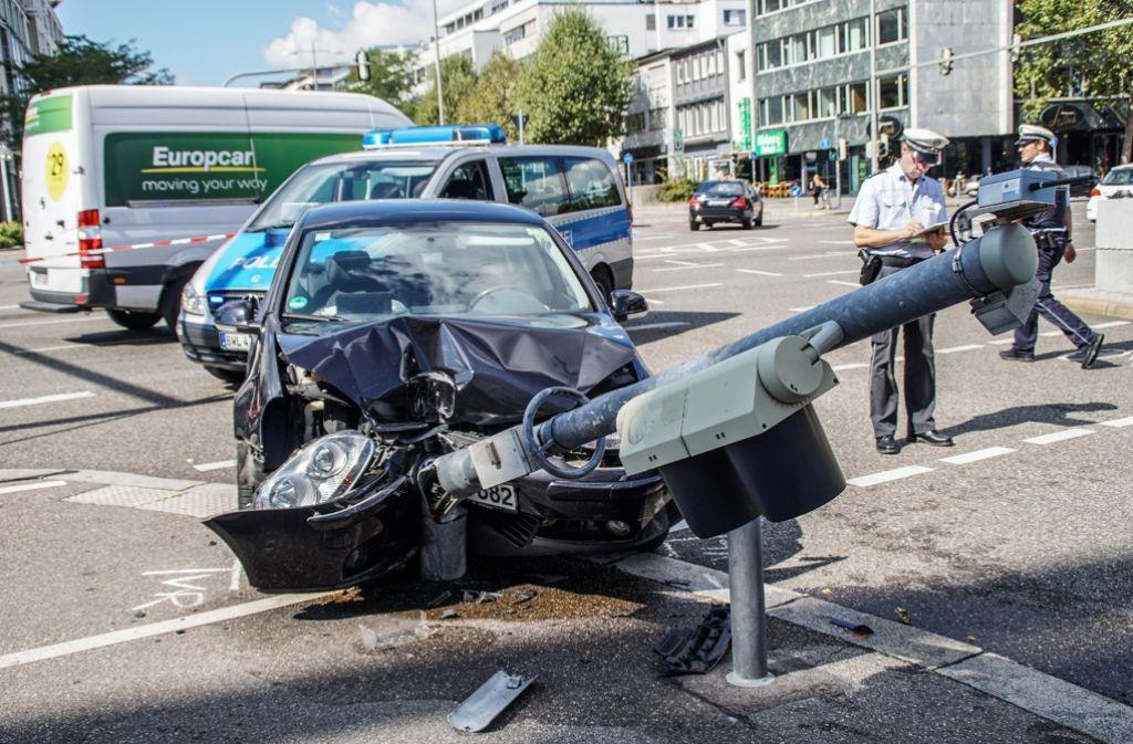 Die Irrfahrt der unter Drogeneinfluss stehenden 31-Jährigen endet an einem Ampelmast am Rotebühlplatz in Stuttgart. Foto: SDMG