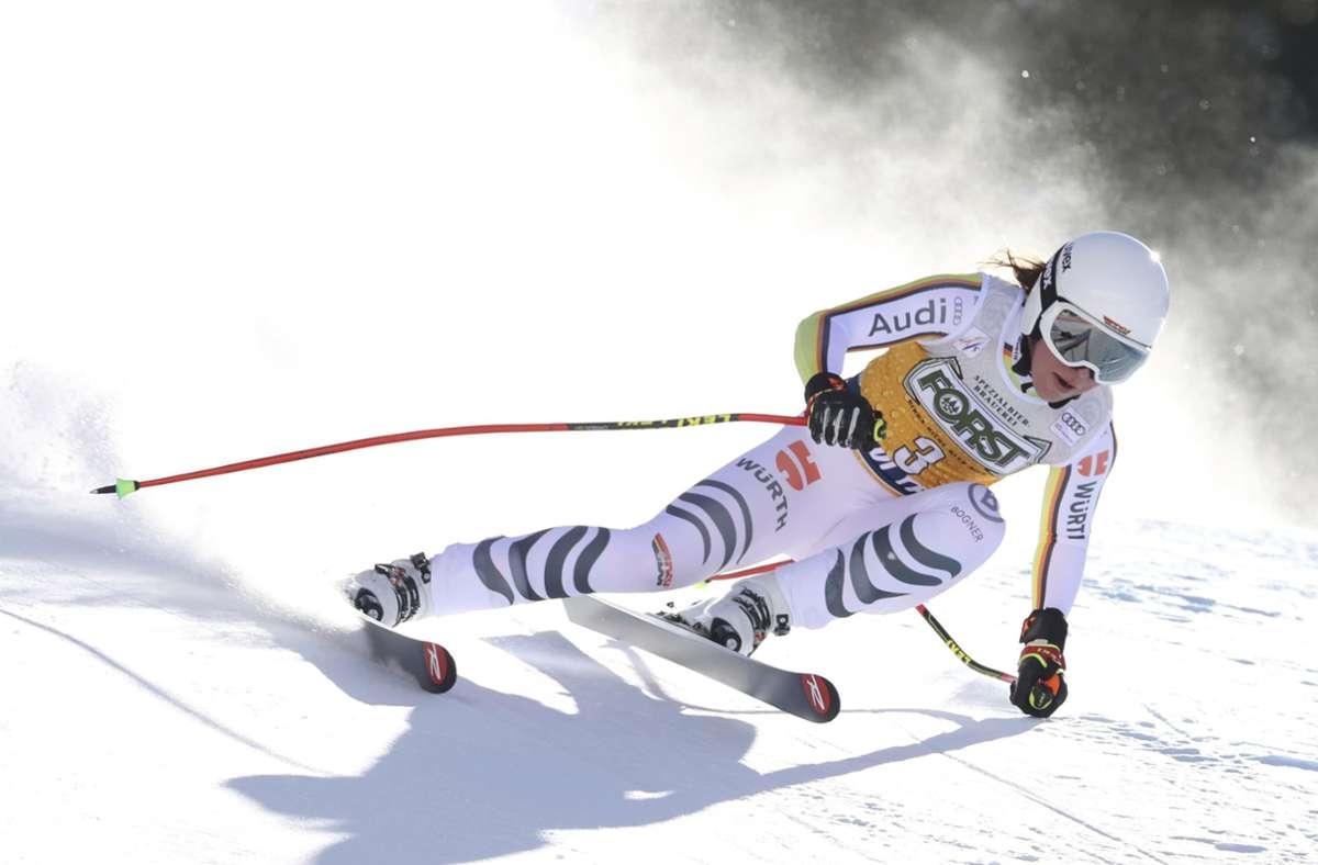 Die gebürtige Stuttgarterin Kira Weidle jubelt auch bei der Weltcup-Abfahrt in Val di Fassa. Foto: dpa/Alessandro Trovati