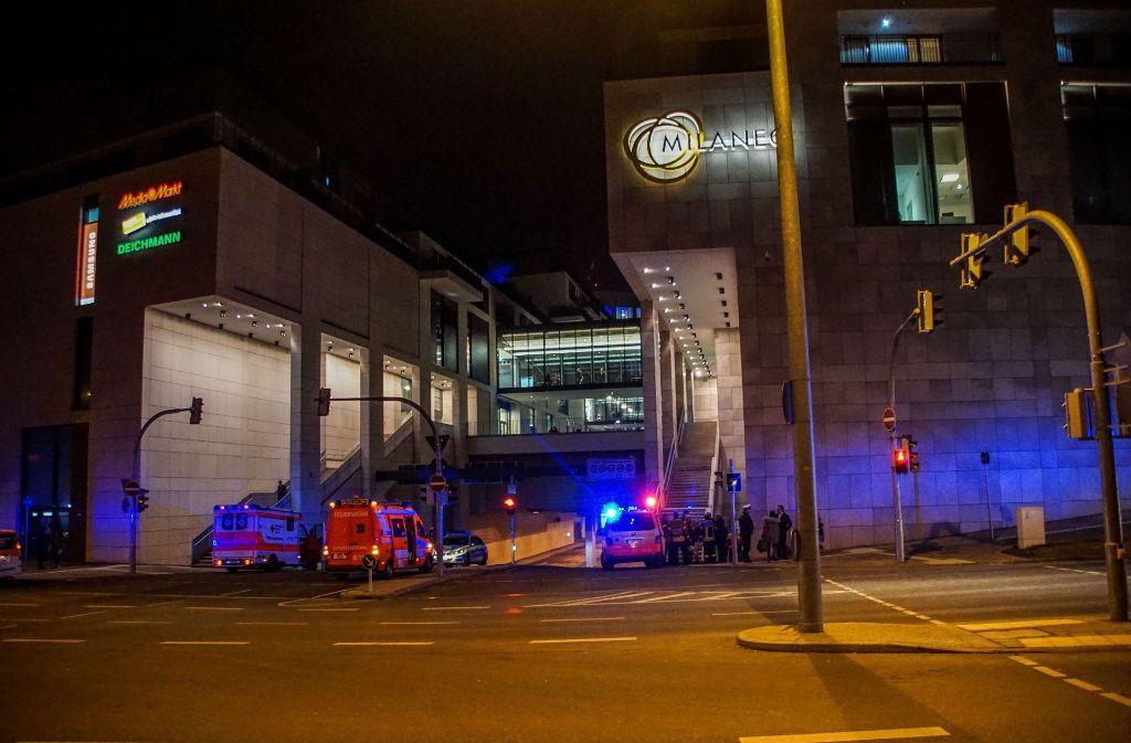 Am Dienstagabend brennt ein Auto im Parkhaus am Mailänder Platz in Stuttgart. Die Feuerwehr rückt aus. Foto: SDMG