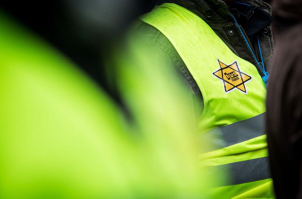 Der Stern klebt auf einer gelben Weste bei der Dieseldemo. Foto: Lichtgut/Christoph Schmidt