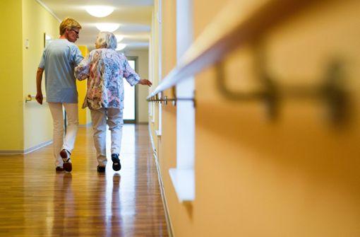 Mindestens 16 Euro Stundenlohn in  Altenpflege
