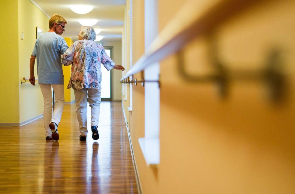 Die Arbeit der Pflegefachkräfte soll künftig mit mindestens 16 Euro pro Stunde entlohnt werden, fordert die Gewerkschaft. Foto: dpa