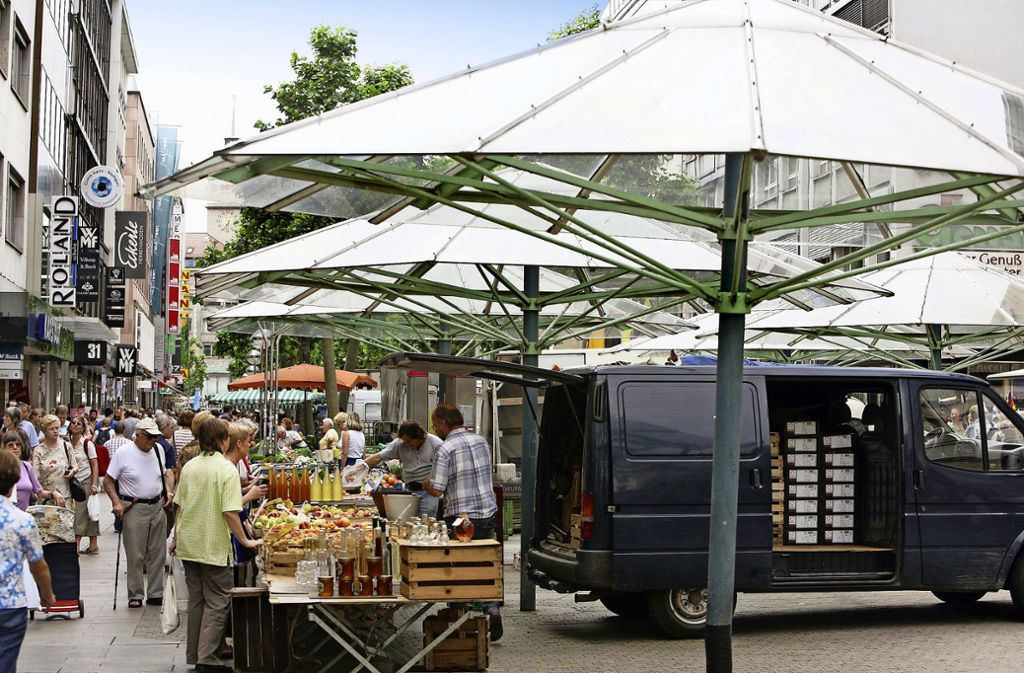 Viel Laufkundschaft, aber auch viel Hektik: Die Königstraße gilt bei manchen Beschickern als schwieriger Standort. Der Marktplatz wird aber voraussichtlich von  2020 bis 2022 Baustelle sein. Foto: /Achim Zweygarth