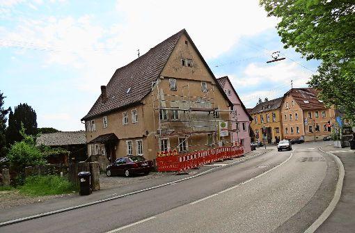 Fassade am bröckelnden Haus ausgebessert