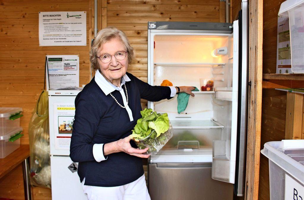 Zweimal wöchentlich räumt Karin von Kries-Kyselka im Fairteiler auf. Foto: Holowiecki