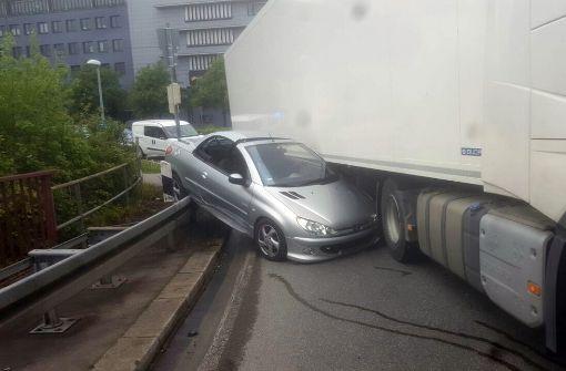 Lastwagen schleift Auto mit