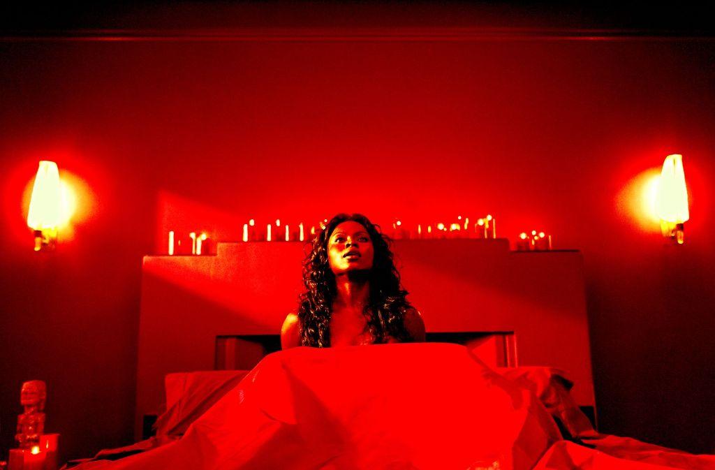 """Abende mit der Liebesgöttin Bilquis (Yetide Badaki) sind in """"American Gods"""" nicht ganz risikofrei. Foto: Jan Thijs"""