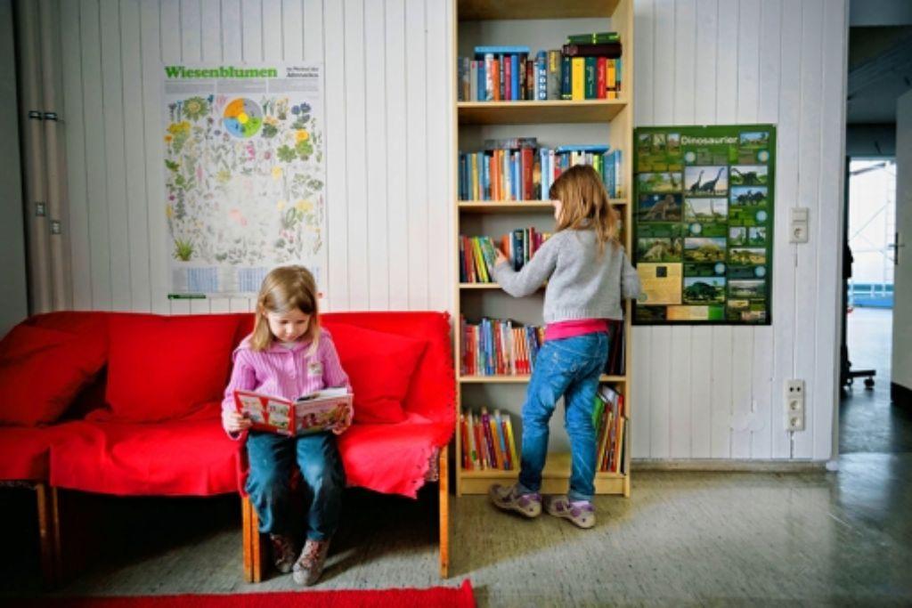 Noch nimmt die Sitzecke in der kleinen Bibliothek mehr Raum als das Bücherregal ein. Das soll sich in den nächsten Wochen und Monaten ändern. Foto: Heinz Heiss