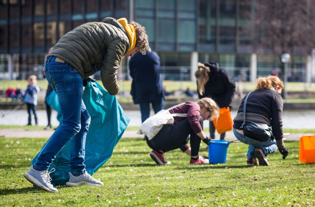 Schüler haben am Samstag den Schlossgarten gesäubert. Foto: Lichtgut/Christoph Schmidt