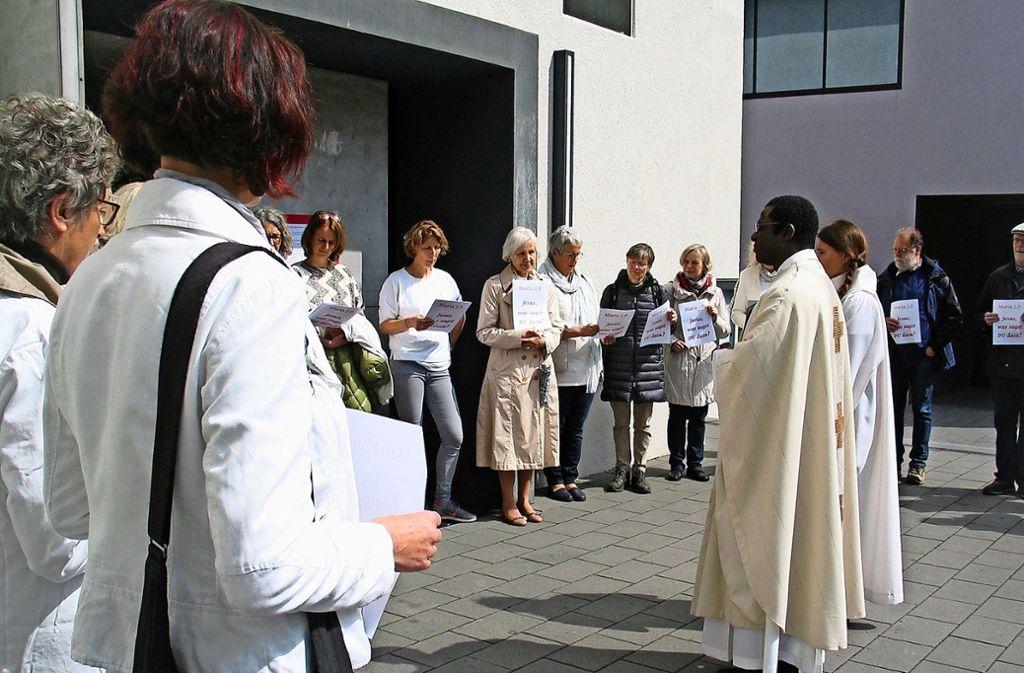 Die Demonstrantinnen bleiben vor der Kirche und bestreiken den Gottesdienst, den Pfarrer Martin Sie leitet. Sie haben zahlreiche Forderungen an den Papst formuliert. Foto: Susanne Müller-Baji