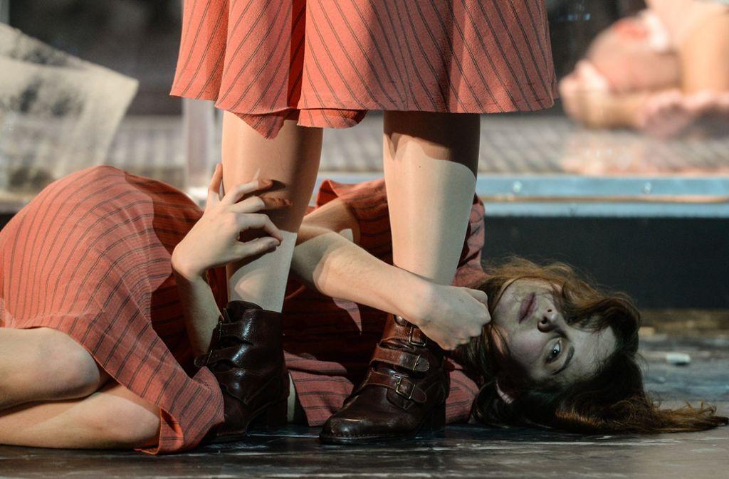 Sie klammert sich an die geniale Freundin: Lorena Handschin als Lila im Mannheimer Nationaltheater. Foto: Hans-Jörg Michel