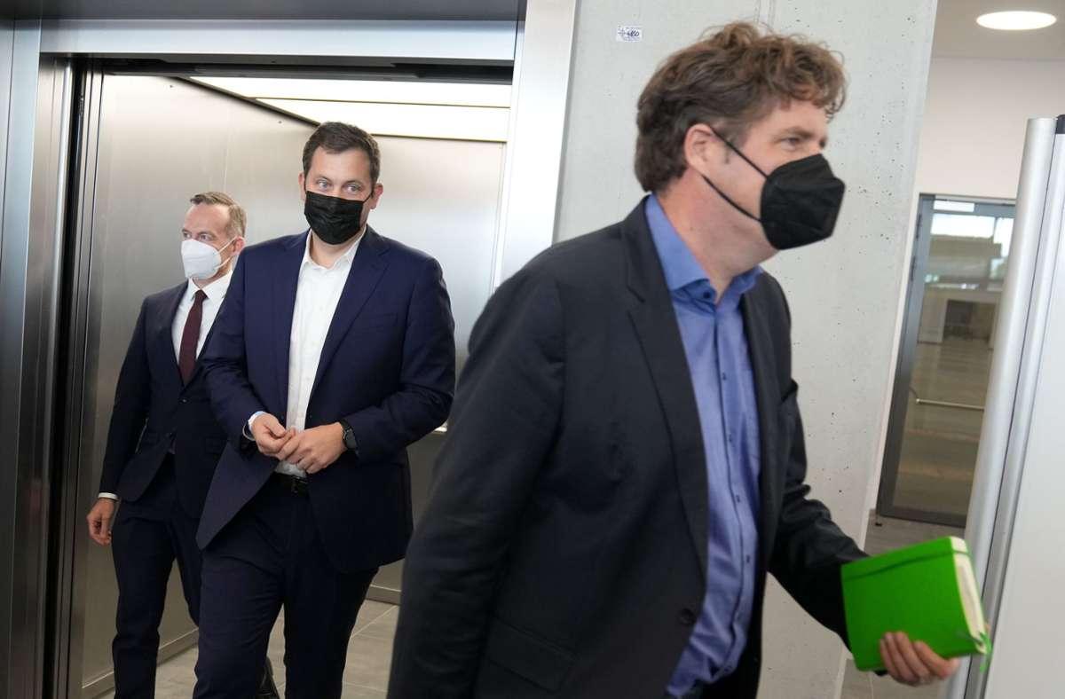 Aus dem Fahrstuhl zur Pressekonferenz – Volker Wissing, Lars Klingbeil und Michael Kellner (v.l.n.r.) informieren über die Gespräche von FDP, SPD und Grünen. Foto: dpa/Kay Nietfeld