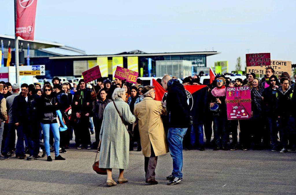 Den Stuttgarter Messeeingang finden nicht alle auf Anhieb. Immer wieder müssen verirrte Besucher des AfD-Parteitags durch große Demonstrantengruppen laufen. Foto: Getty Images Europe