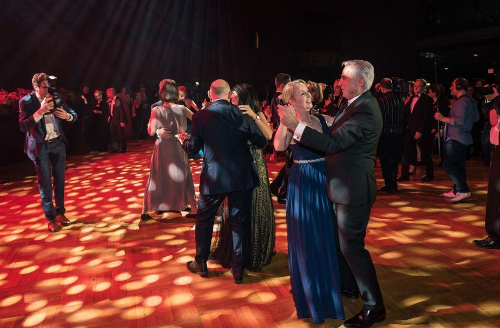 Thomas Strobl beim Eröffnungstanz mit Isabell Knüttgen in der Liederhalle Foto: Lichtgut/Max Kovalenko