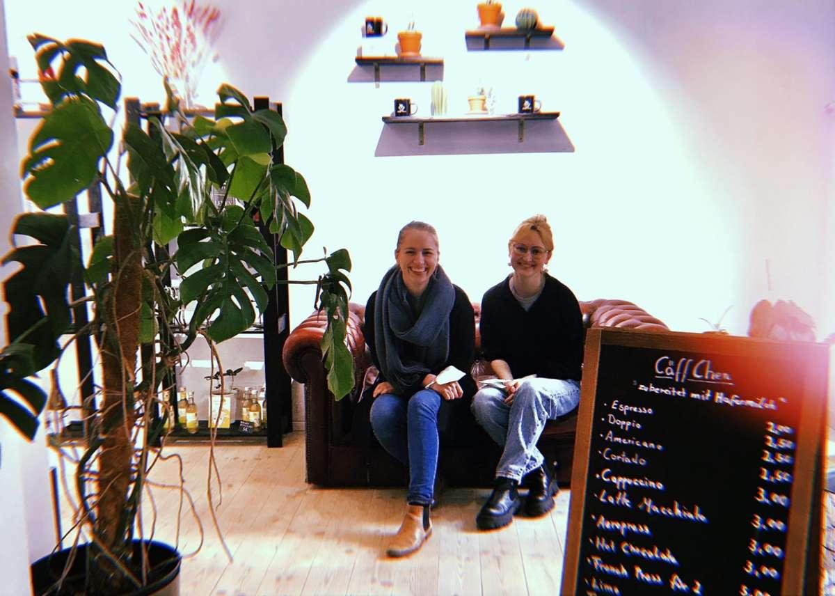 Altes Konzept, neue Ideen: Jana Rahel Pfeiffer (links, mit Mitarbeiterin Alisa Bächner) hat viel vor mit ihrem Cäffchen... Foto: Tanja Simoncev