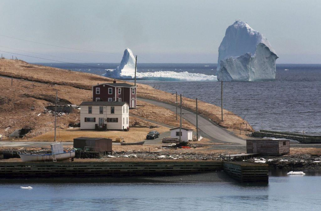 Auf Neufundlands Highway soll es wegen es Eisbergs sogar zu Staus, aufgrund der zahlreichen Touristen, gekommen sein. Foto: The Canadian Press/AP