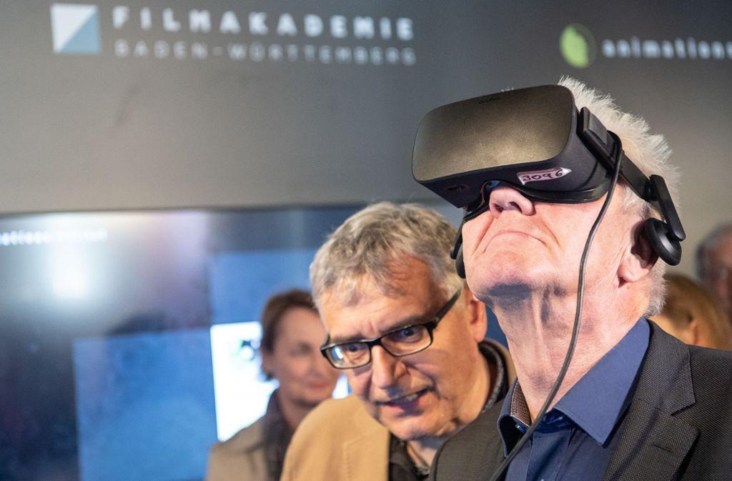 Im vergangenen Jahr war der baden-württembergische Ministerpräsident Winfried Kretschmann zu Besuch bei der FMX und testete eine VR-Simulation. Foto: dpa/Sebastian Gollnow