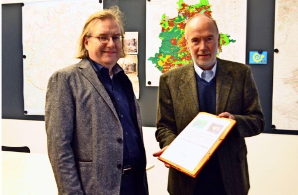 Peter Berg (r.) übergibt Bürgermeister Peter Pätzold die Unterschriftenlisten. Foto: Martin Braun