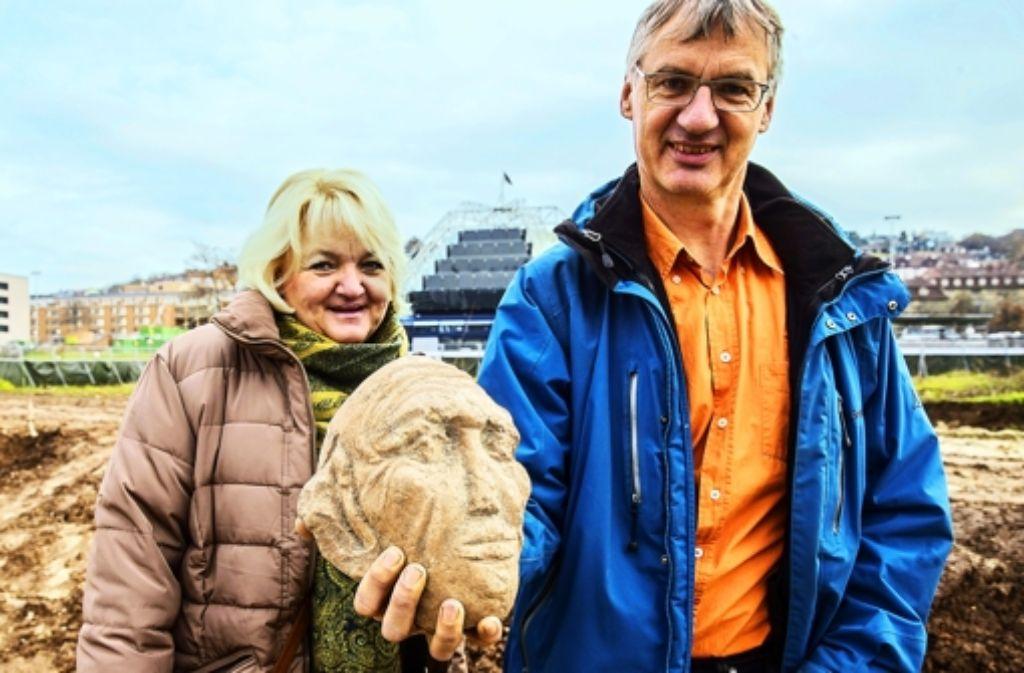 Susanne Arnold, Archäologin vom Landesamt für Denkmalpflege und der Bodenkundler Andreas Lehmann datieren den historischen Fund unterschiedlich. Foto: Achim Zweygarth