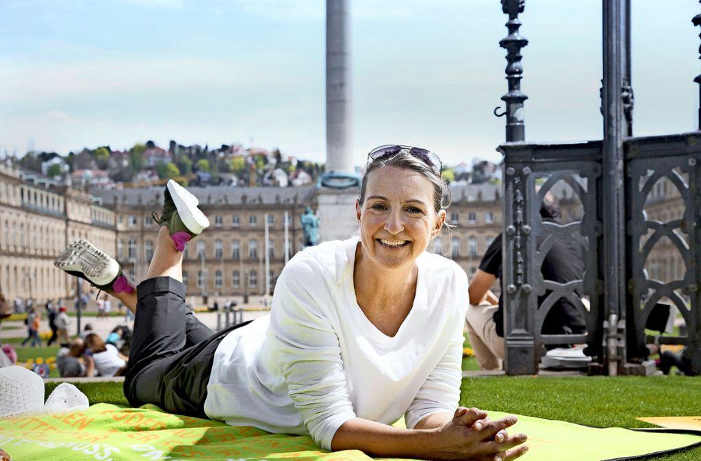 """Liegen lernen: Citymangerin Bettina Fuchs geht beim """"Großen Picknick"""" der CIS mit gutem Beispiel voran. Foto: Jean-Claude Winkler"""