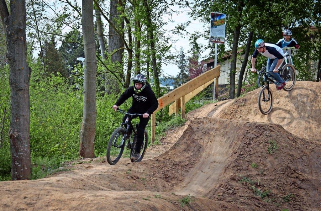 Eine gute Polsterung der Hügel mit Holzmulch soll verhindern, dass sich die Sportler bei Stürzen verletzen. Foto: factum/Granville