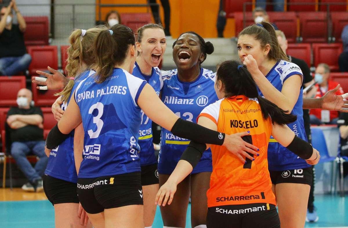 Pure Freude bei den Stuttgarter Volleyballerinnen nach dem 3:0-Sieg über den SSC Schwerin Foto: Baumann