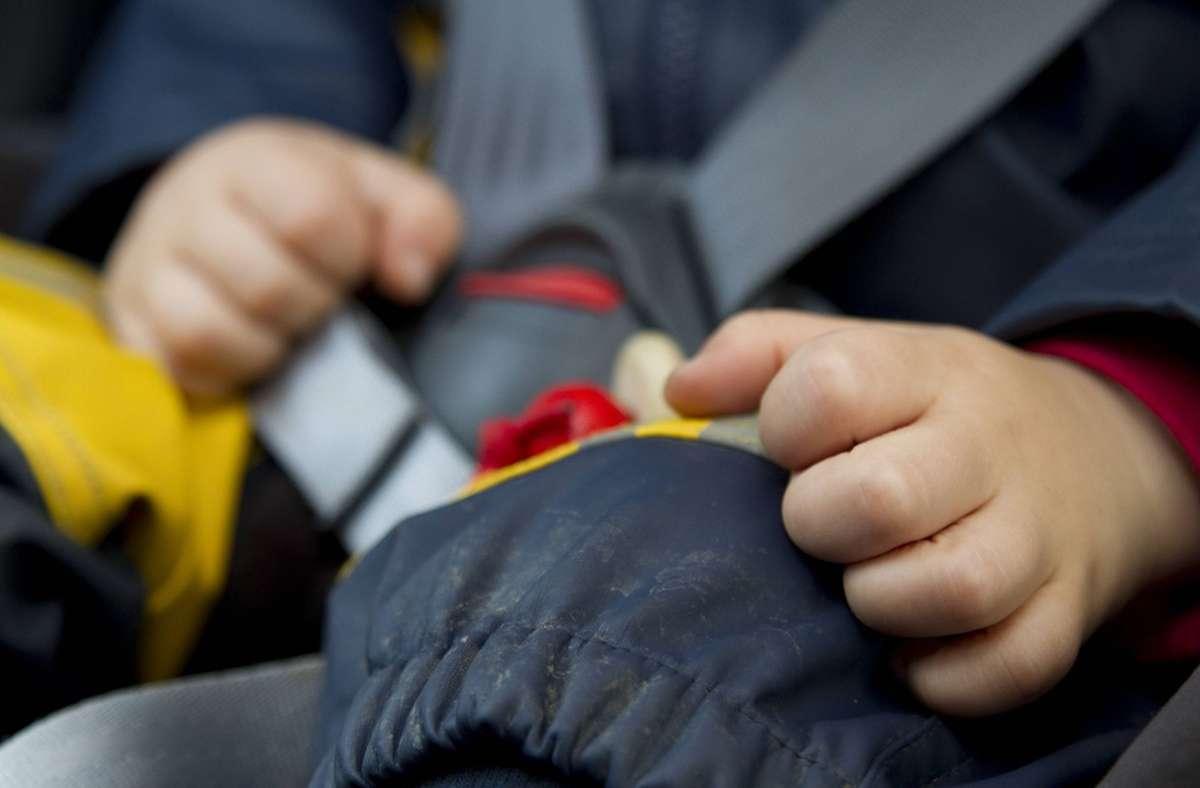 Der Zweijährige hatte sich per Fernbedienung im Fahrzeug eingesperrt. (Symbolfoto) Foto: imago/blickwinkel/McPHOTO/M. Begsteiger