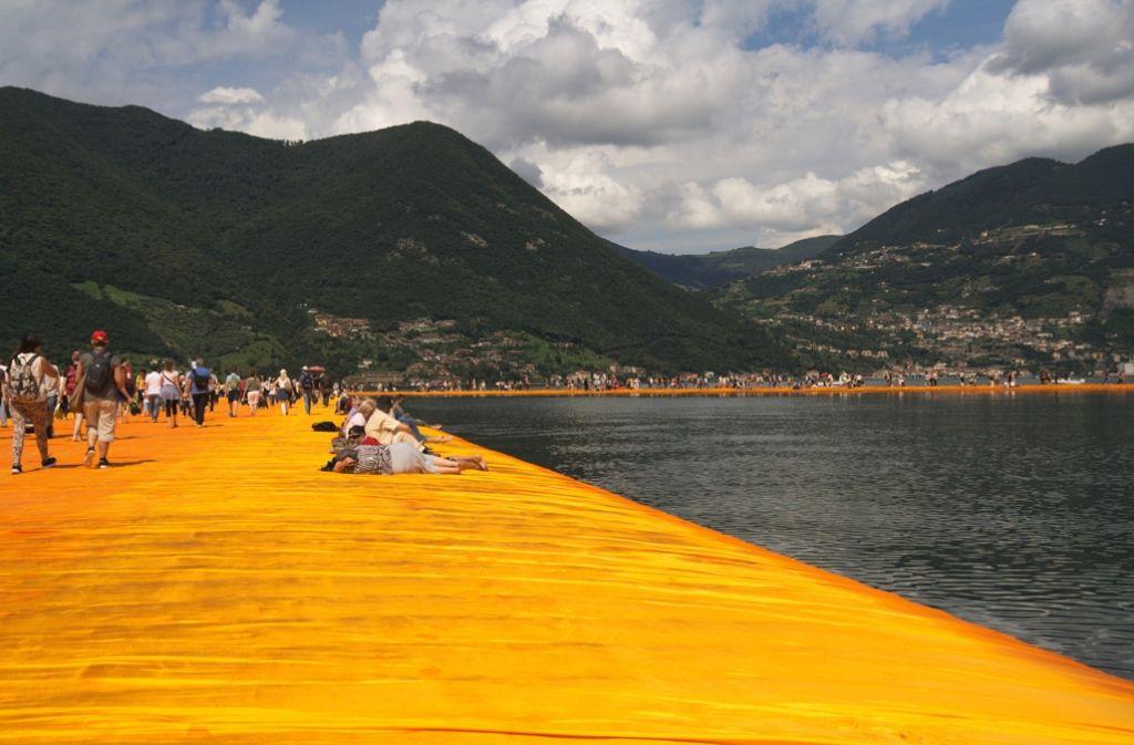 Christos neues Werk: Ein 16 Meter breiter Steg lässt die Menschen über den Iseo-See wandeln. Foto: Siefert