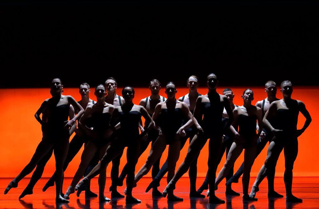 """Das Ballet BC machte Sharon Eyals """"Bedroom Folk"""" zum Meisterwerk der Präzision. Foto: Michael Slobodian"""