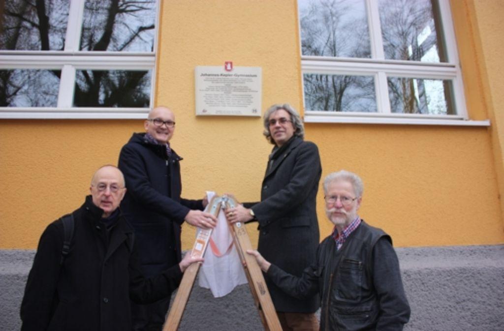 Manfred Schmid, Christian Klemmer, Olaf Schulze und Hans Betsch (von links) enthüllen die neue Tafel. Foto: Annina Baur