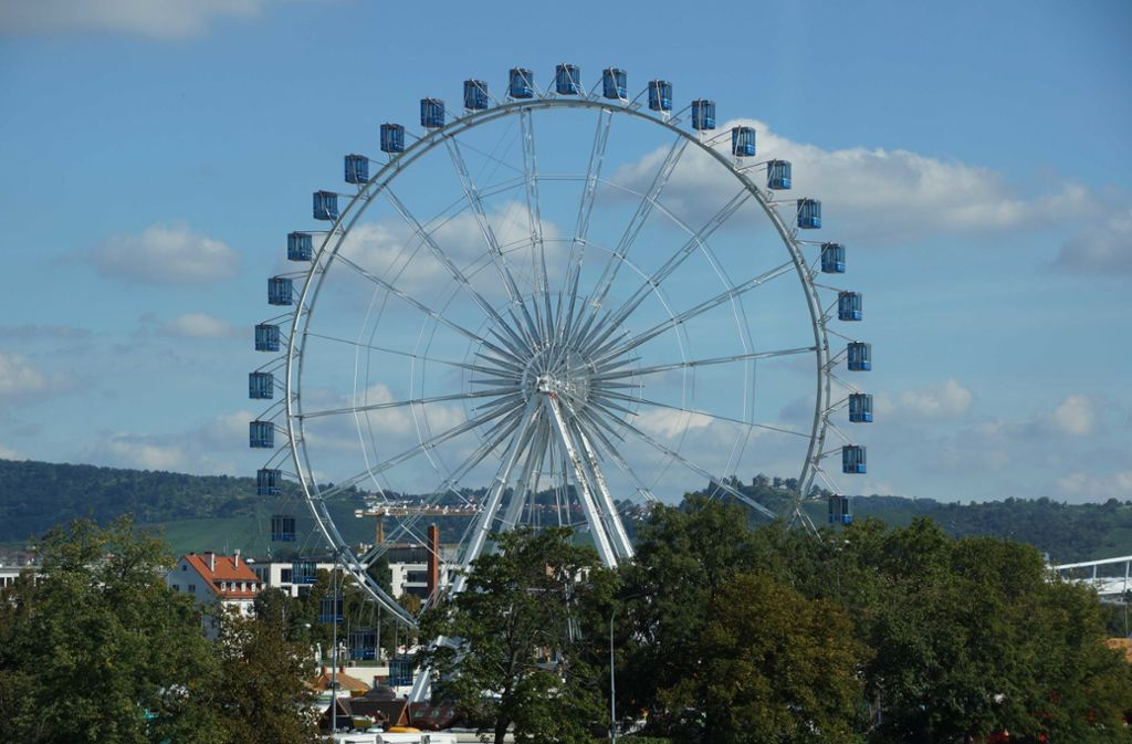 Das Riesenrad steht bereits: In wenigen Wochen steigen die ersten Gäste in die Gondeln. Foto: /Andreas Rosar Fotoagentur-Stuttg