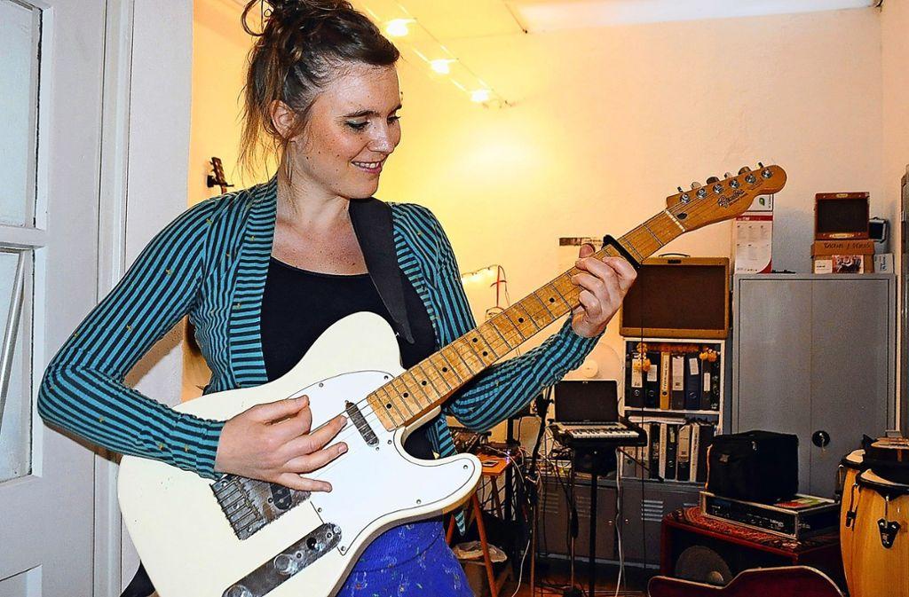 Auf engem Raum drängt sich in Judith Hausteins kleinem Studio allerhand Instrumentarium – von der Gitarre bis zu den Kongas. Foto: Georg Linsenmann