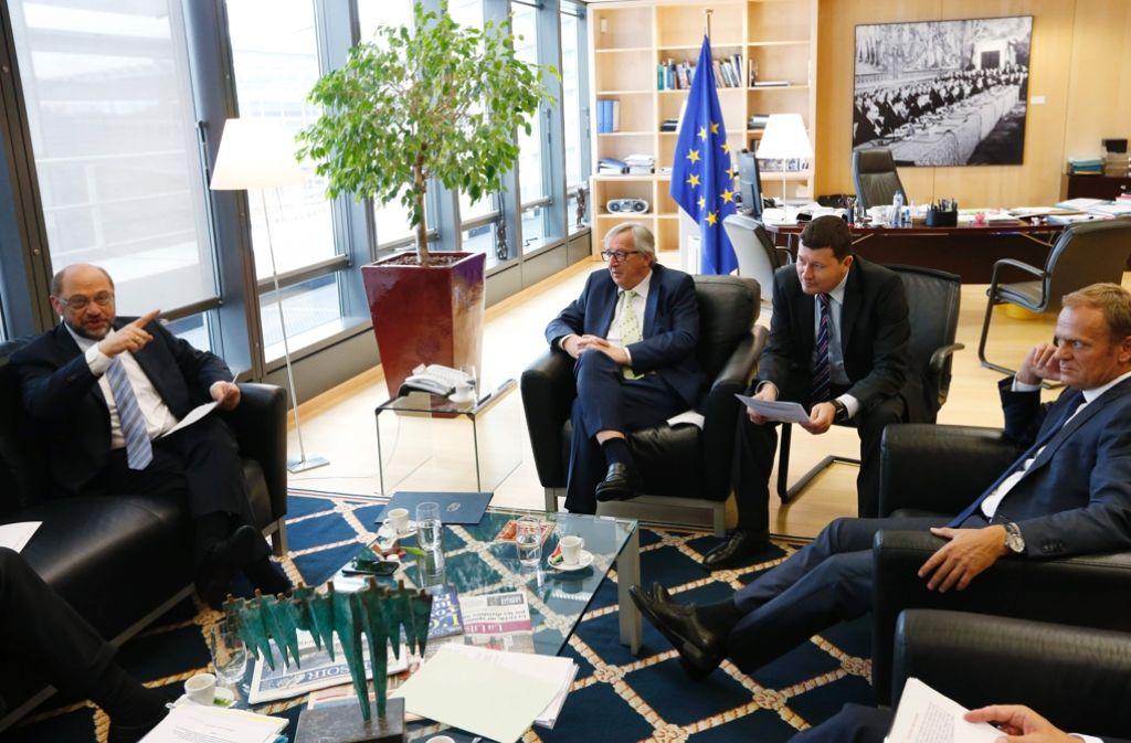 Martin Schulz, Jean-Claude Juncker, Martin Selmayr und Donald Tusk beraten sich. Foto: AFP