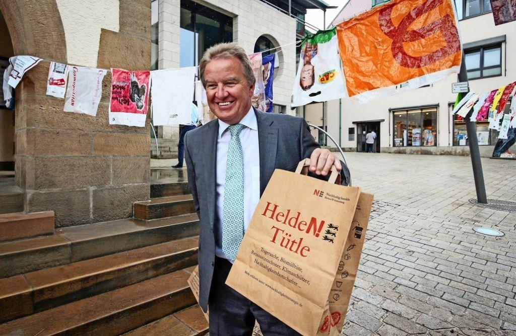 Umweltminister Franz Untersteller  hatte bei seinem Besuch in Holzgerlingen die  Papiertragetaschen dabei, die das Land für Aktionstage herstellen ließ. Foto: factum/Granville
