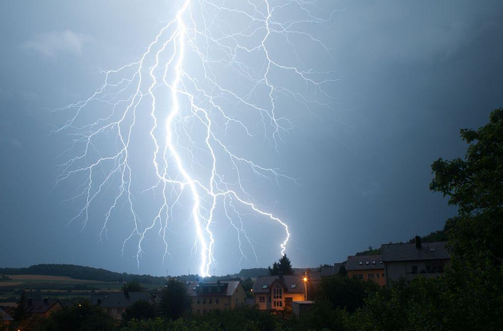 Ein Blitz über Bad Mergentheim. Foto: Jürgen Veits/dpa