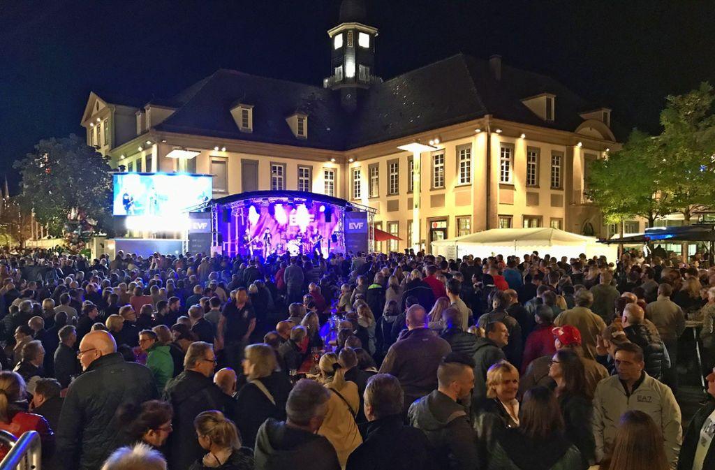 Bei der Queen-Show am Samstagabend ist der Marktplatz gerammelt voll. Foto: privat
