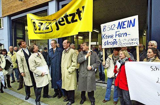 Die einen sind für die Straße, die anderen dagegen. Das war schon immer so. Dieses Bild stammt aus dem Jahr 2003 und zeigt eine Demonstration in Riedenberg. Foto: Archiv Frank Eppler