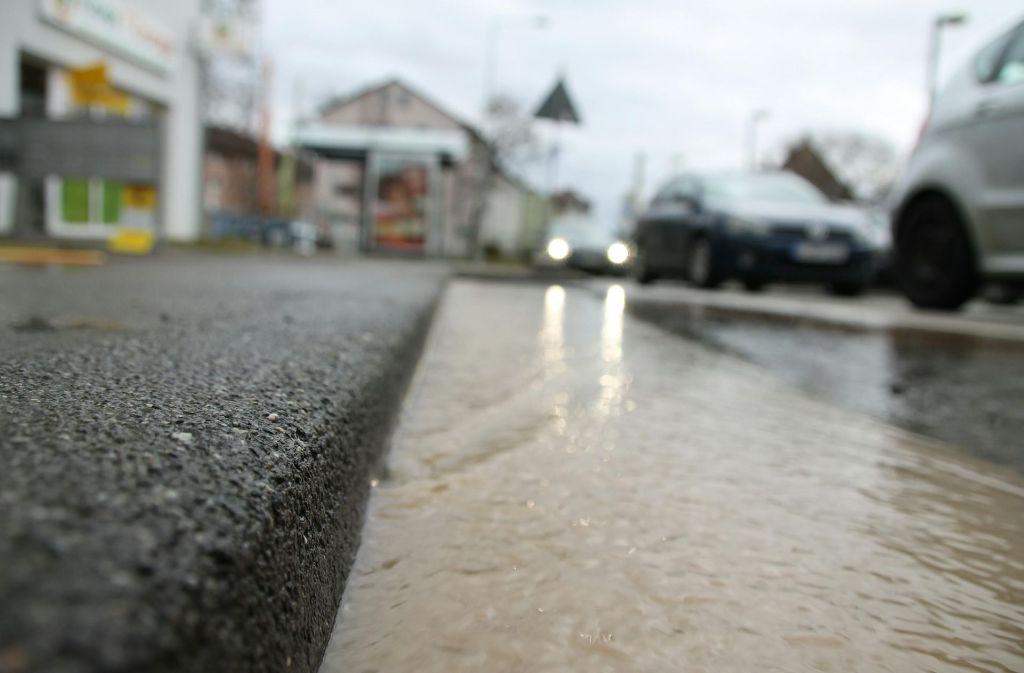 Ein Wasserrohrbruch in Bad Cannstatt führt zu Verkehrsbehinderungen. Foto: 7aktuell.de/Jens Pusch
