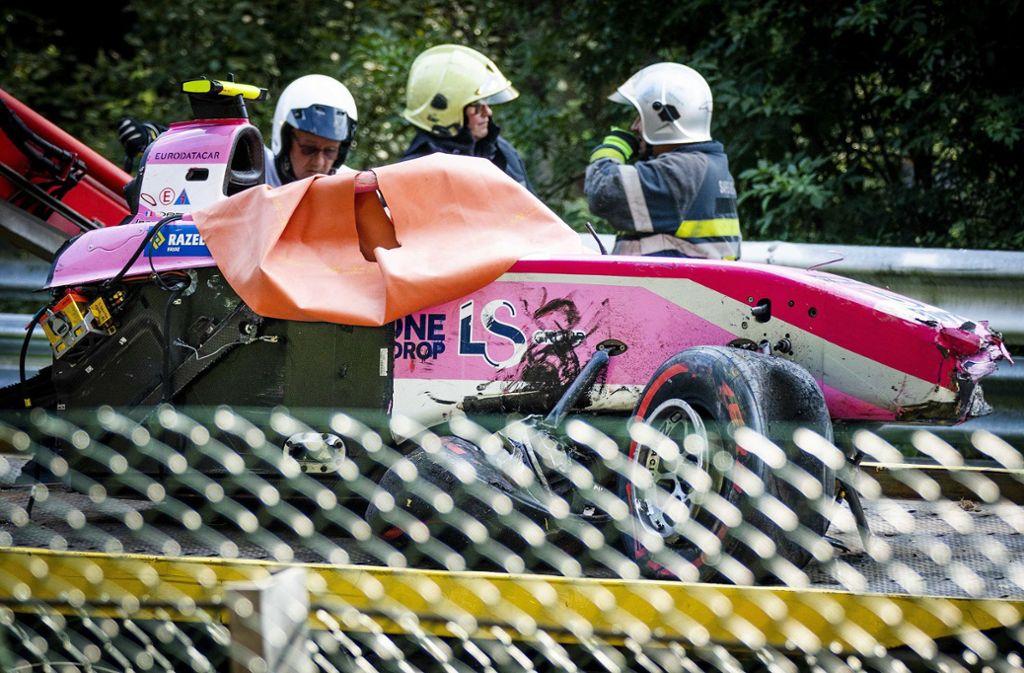 Das Wrack des  Rennwagens von Anthoine Hubert nach dem  schweren Unfall. Foto: dpa