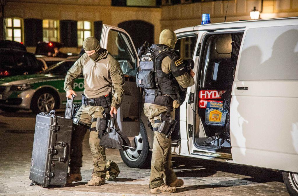 Spezialkräfte der Polizei bereiten sich am 25.07.2016 nach einem Bombenanschlag am Tatort in Ansbach auf ihren Einsatz vor. Foto: dpa