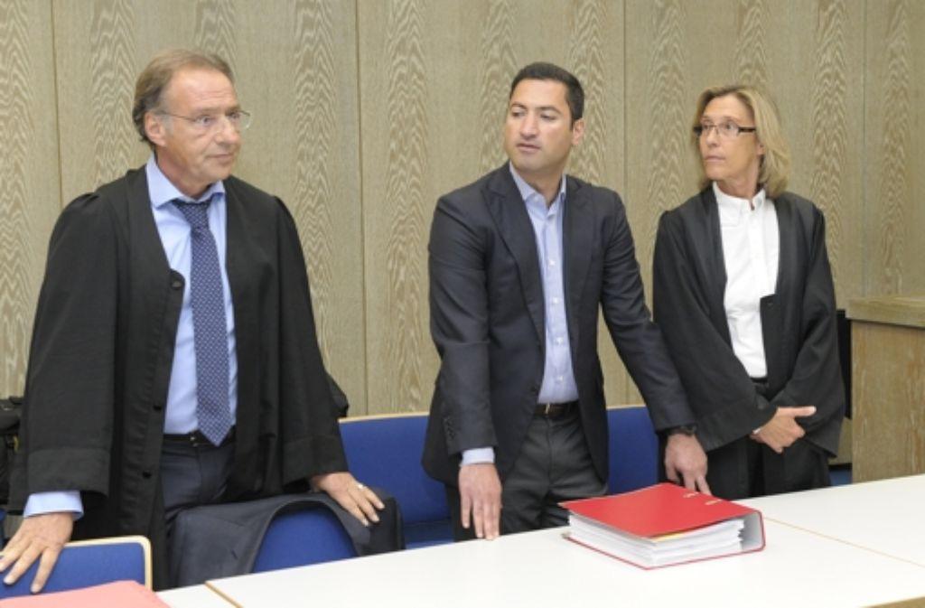 Der aus dem Iran stammende Reutax-Gründer Soheyl Ghaemian (Mitte)  zu Beginn des Prozesses im Mai mit seinen Anwälten. Foto: gerold-fotografie