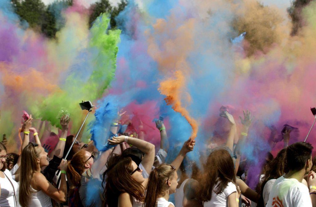 Auf Holi-Festivals wird stets gemeinsam mit buntem Pulver um sich geworfen. Foto: dpa